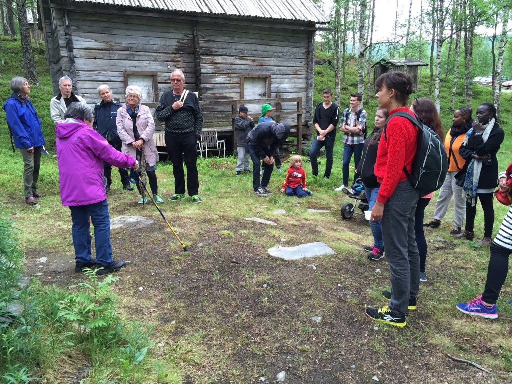 Aina Jonsson explains Lapplassen, where the Sami people lived during church events. Photo JP.